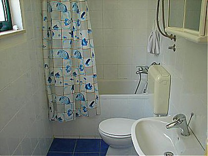 Apartment A1(4): bathroom with toilet