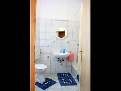 Apartment A2(2+3): bathroom with toilet