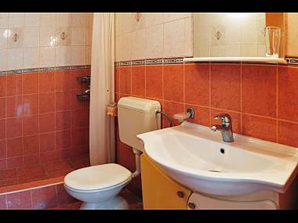 Studio apartment A2 Toti(2): bathroom with toil