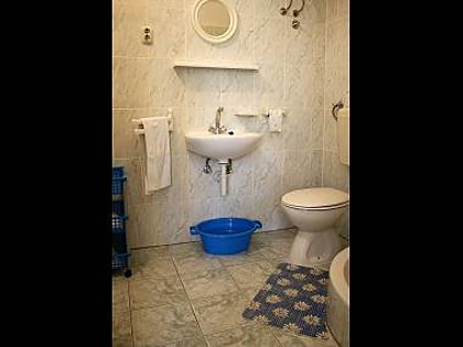 Studio apartment A1 (3): bathroom with toilet