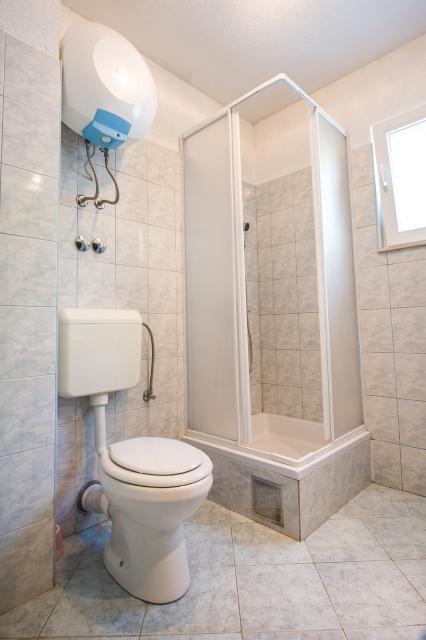 001TROG - Trogir - Appartements Croatie - A1(2+2): salle de bain W-C