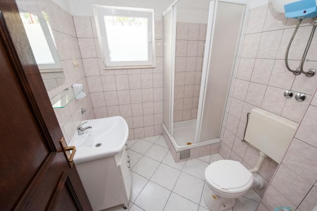 001TROG - Trogir - Appartements Croatie - A3(2+2): salle de bain W-C