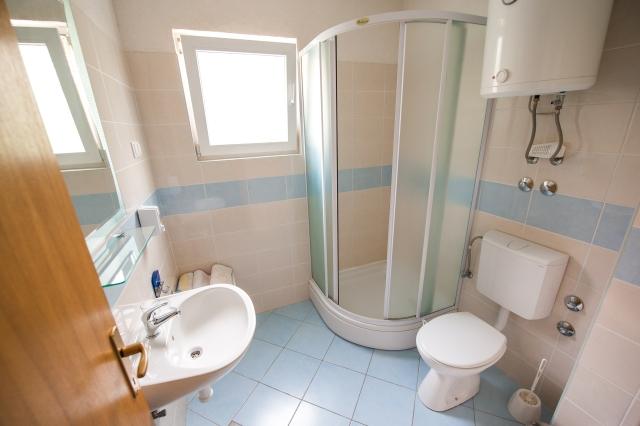 001TROG - Trogir - Appartements Croatie - A4(2+2): salle de bain W-C