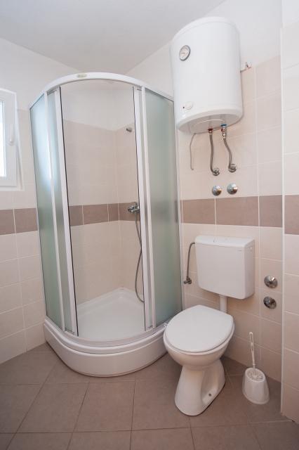001TROG - Trogir - Appartements Croatie - A5(2+2): salle de bain W-C