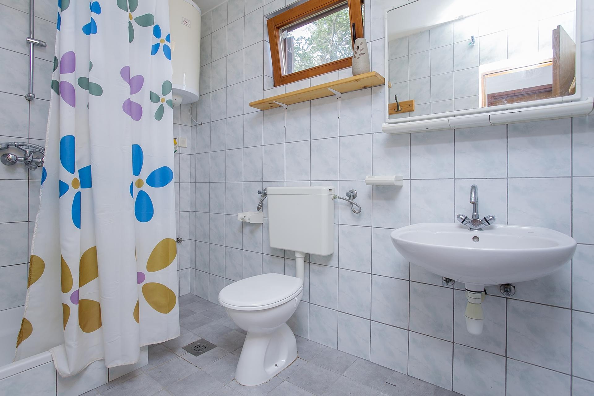 B1214VLUK  - Öböl Picena (Vela Luka) - Nyaralóházak Horvátország - H(6): fürdőszoba toalettel