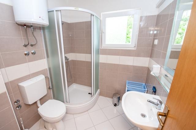 001TROG - Trogir - Appartements Croatie - A6(2+2): salle de bain W-C