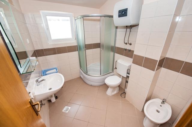 001TROG - Trogir - Appartements Croatie - A7(2+2): salle de bain W-C