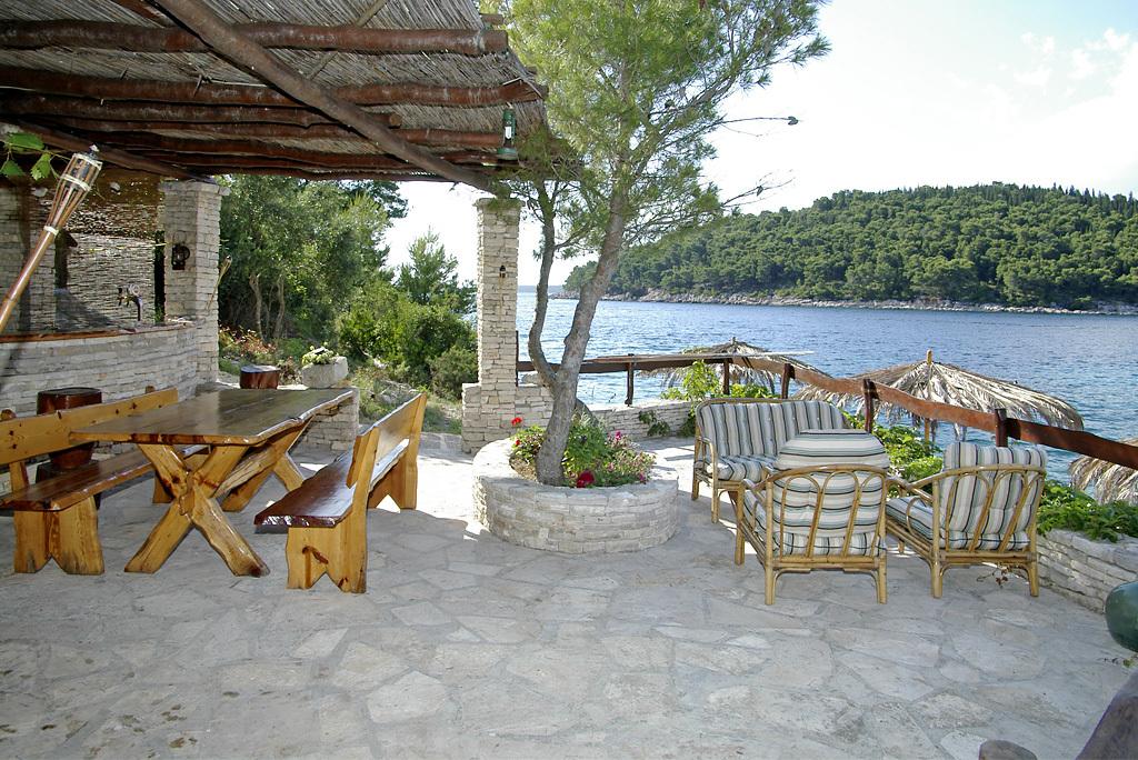 B1214VLUK  - Öböl Picena (Vela Luka) - Nyaralóházak Horvátország - közös terasz (ház és környéke)