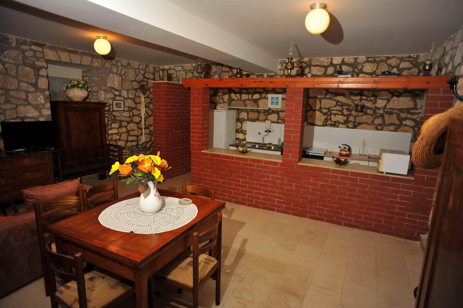 01501SUTI - Sutivan - Appartements Croatie - A1(6): cuisine salle à manger