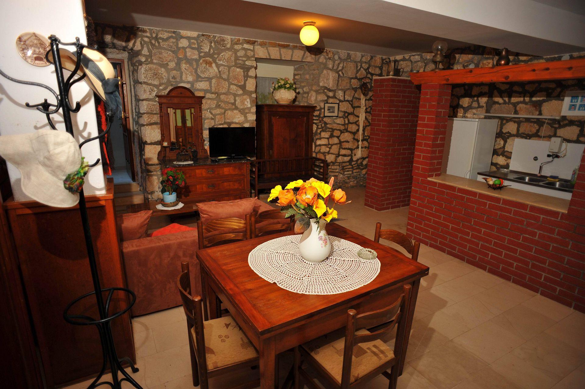 01501SUTI - Sutivan - Appartements Croatie - A1(6): salle à manger