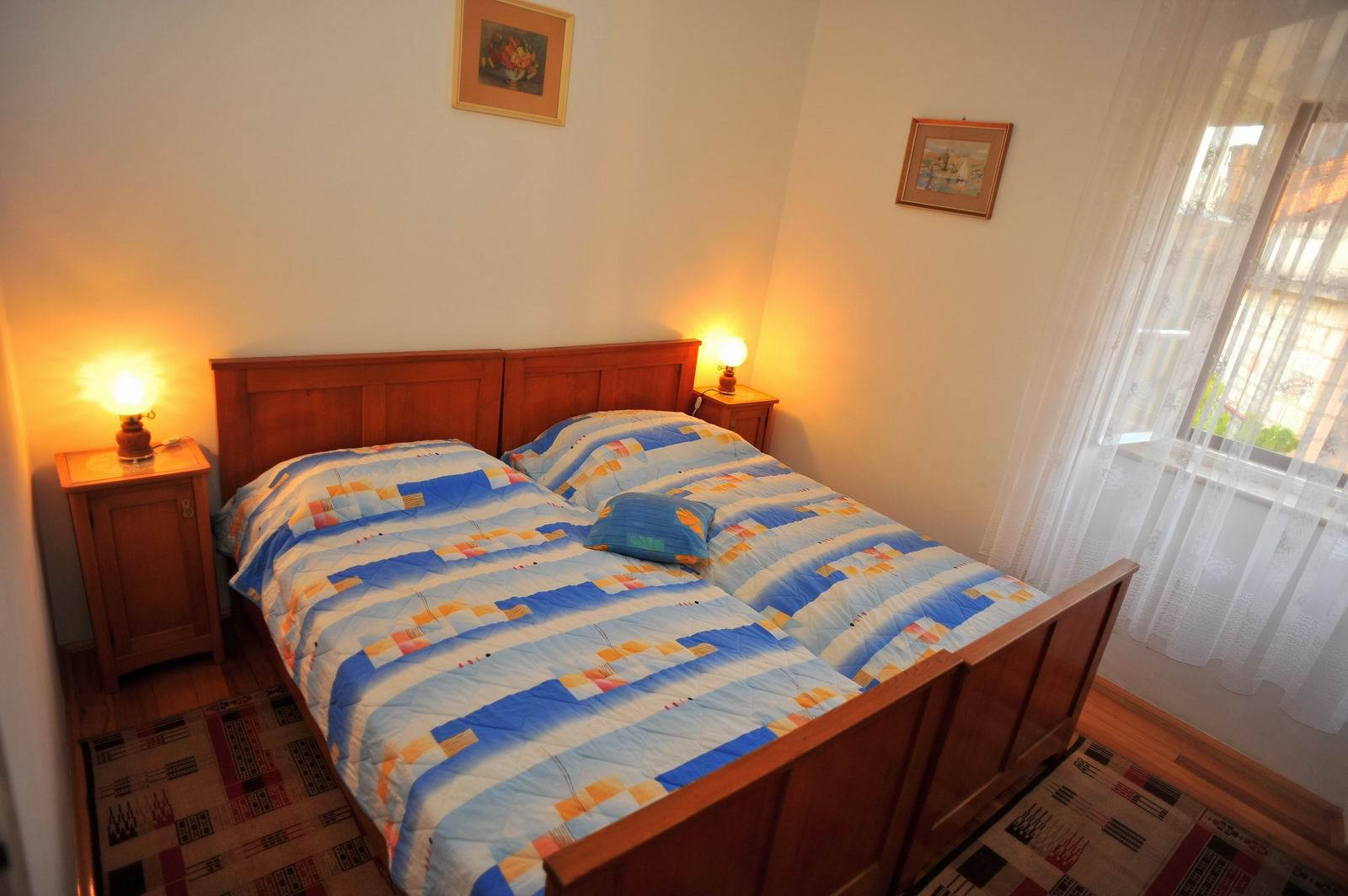 01501SUTI - Sutivan - Appartements Croatie - A2(6): chambre à coucher