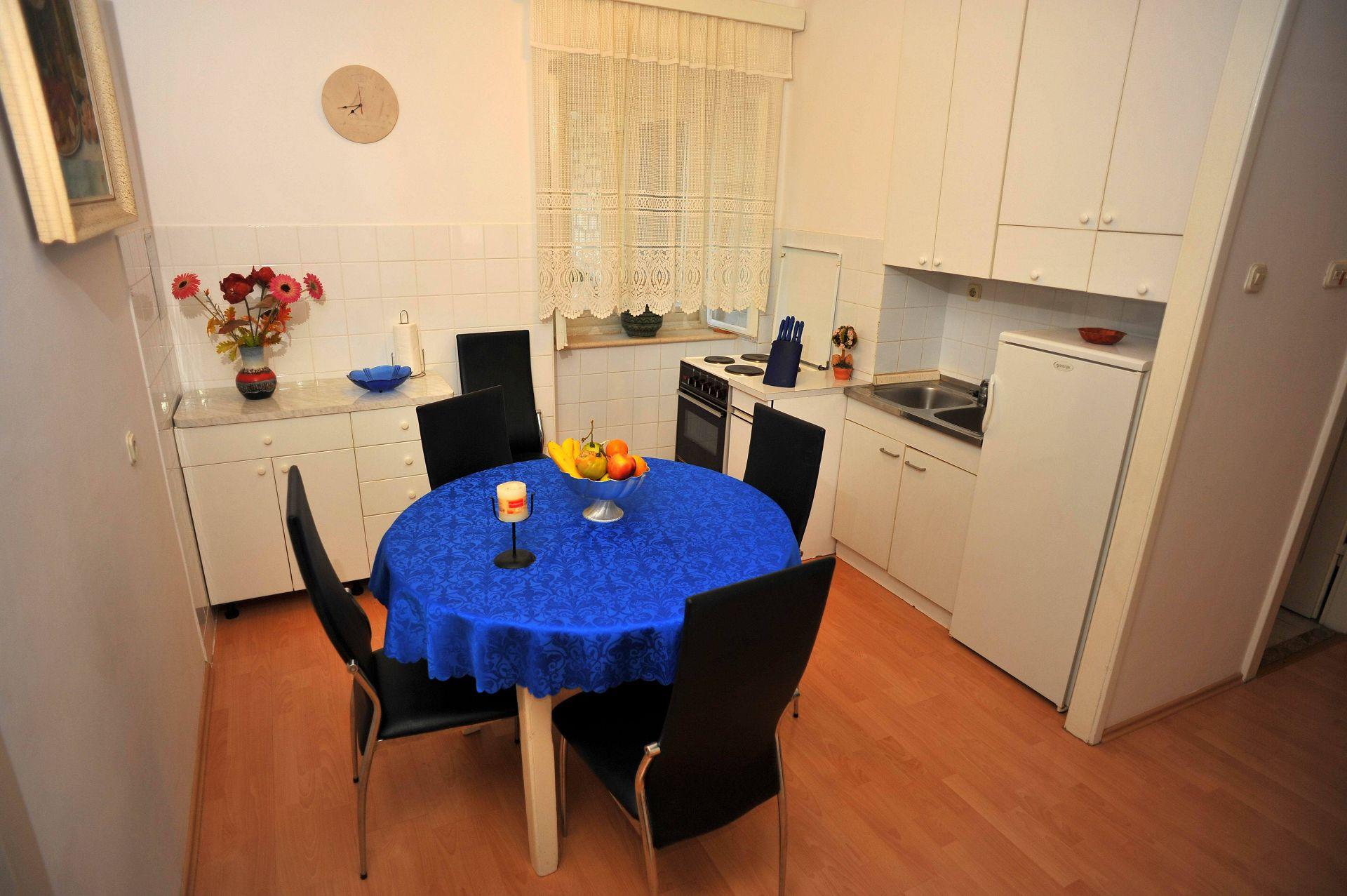 01501SUTI - Sutivan - Appartements Croatie - A2(6): cuisine salle à manger