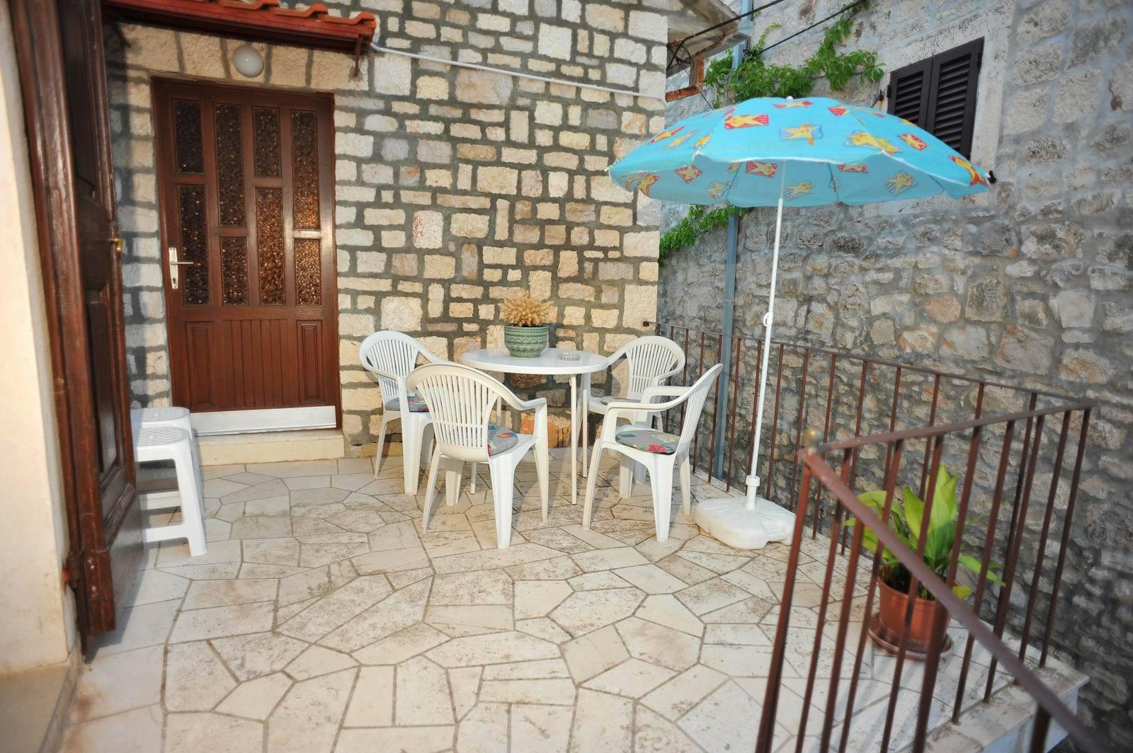 01501SUTI - Sutivan - Appartements Croatie - A2(6): terrasse