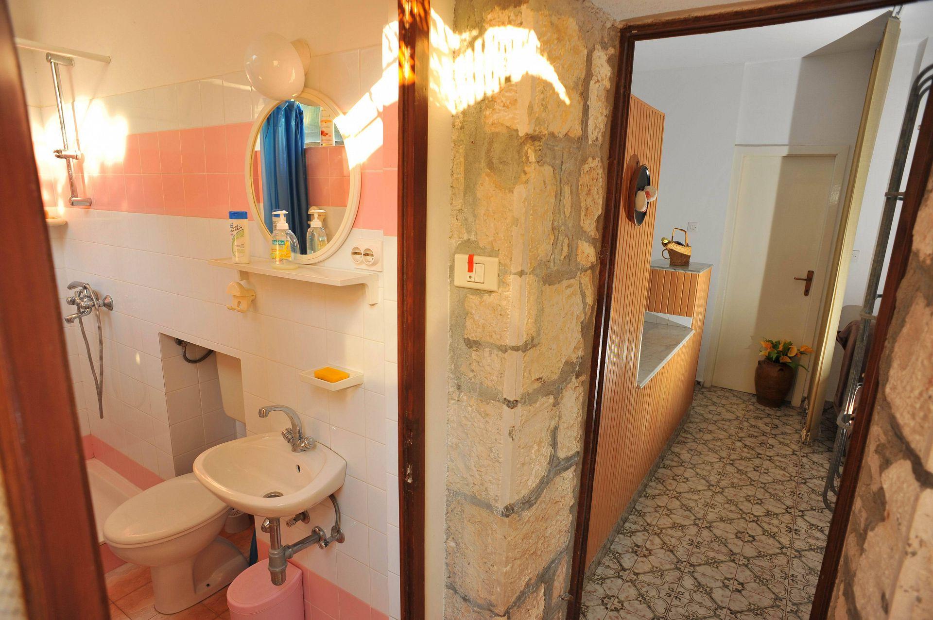 01501SUTI - Sutivan - Appartements Croatie - SA4(2+1): salle de bain W-C