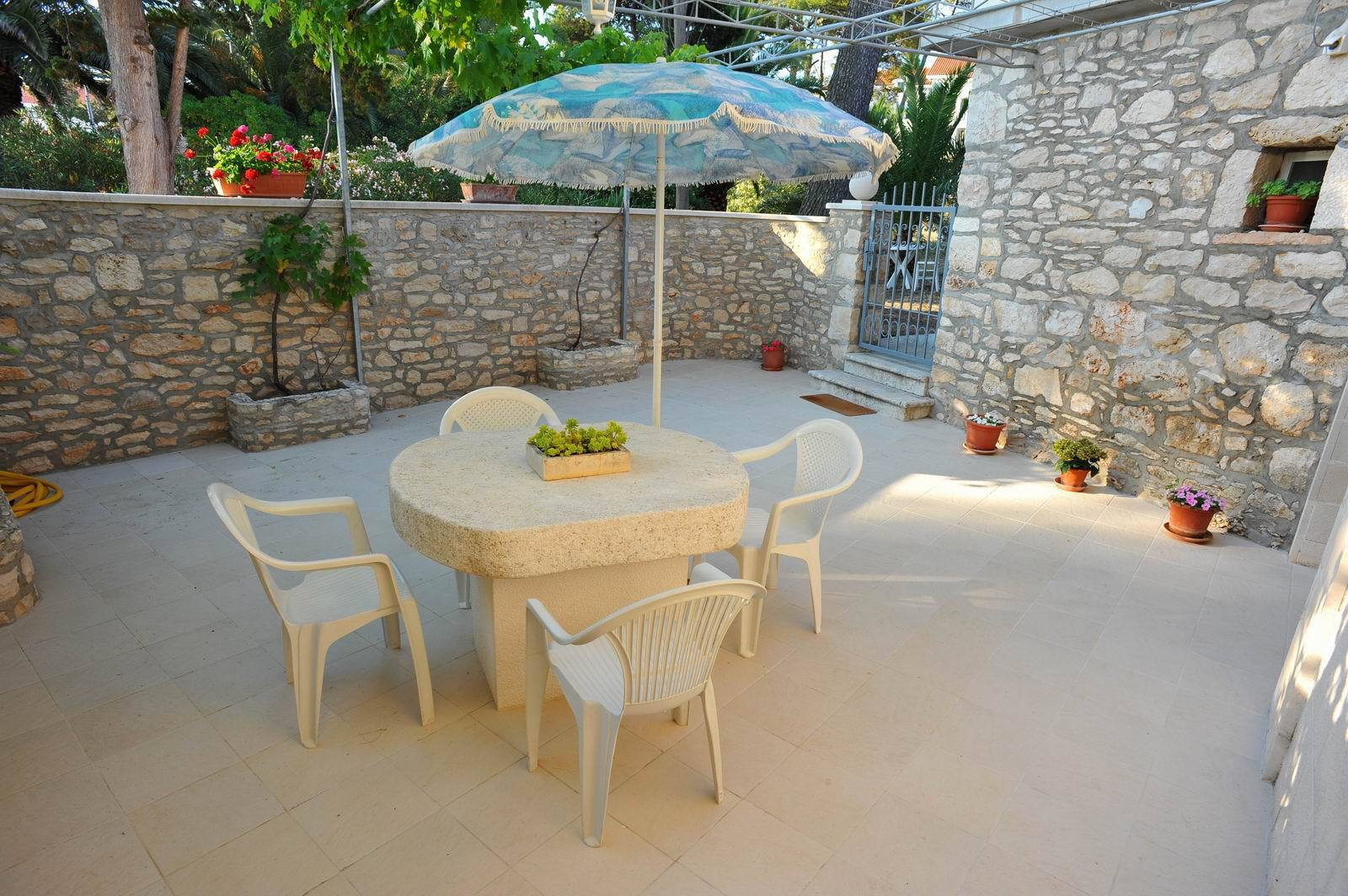 01501SUTI - Sutivan - Appartements Croatie - SA4(2+1): terrasse de jardin