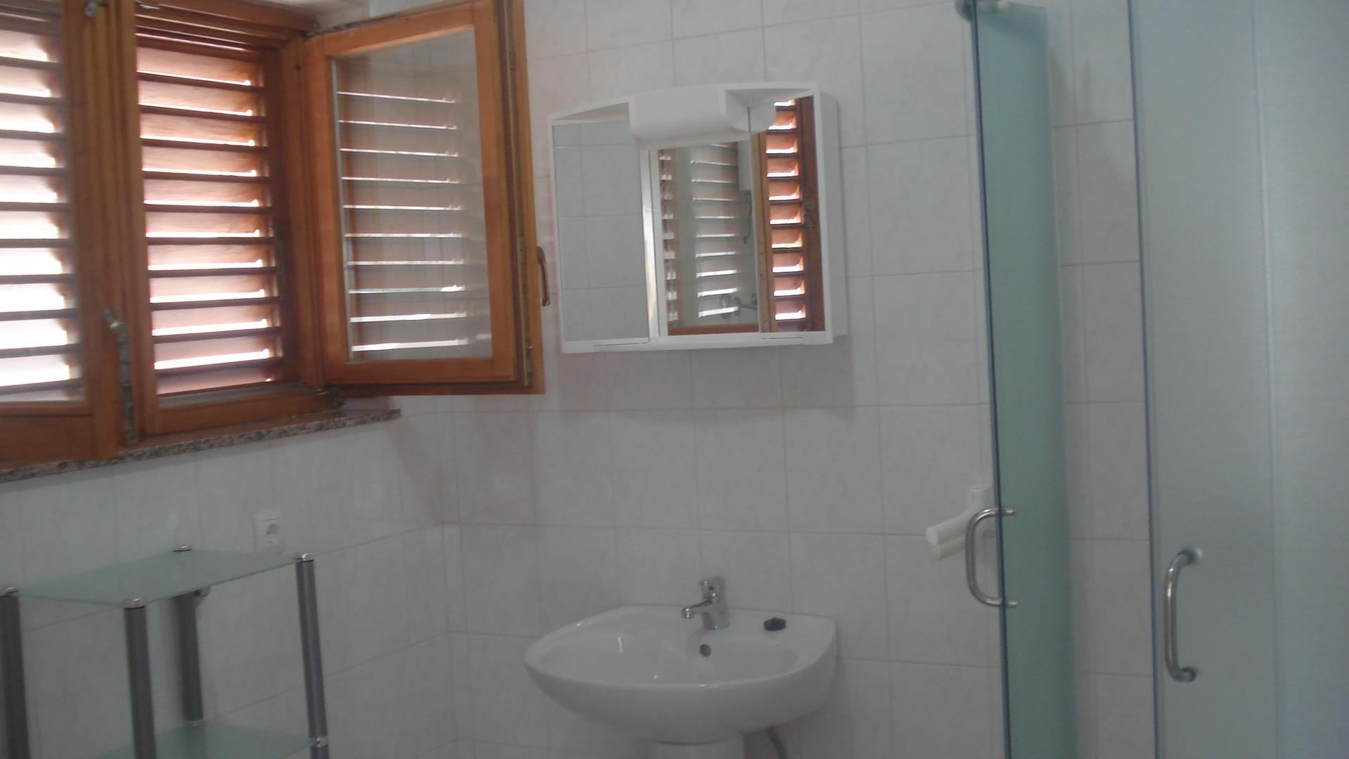 Biserka - Pag - Ferienwohnungen Kroatien - A2(2+2): Badezimmer mit Toilette