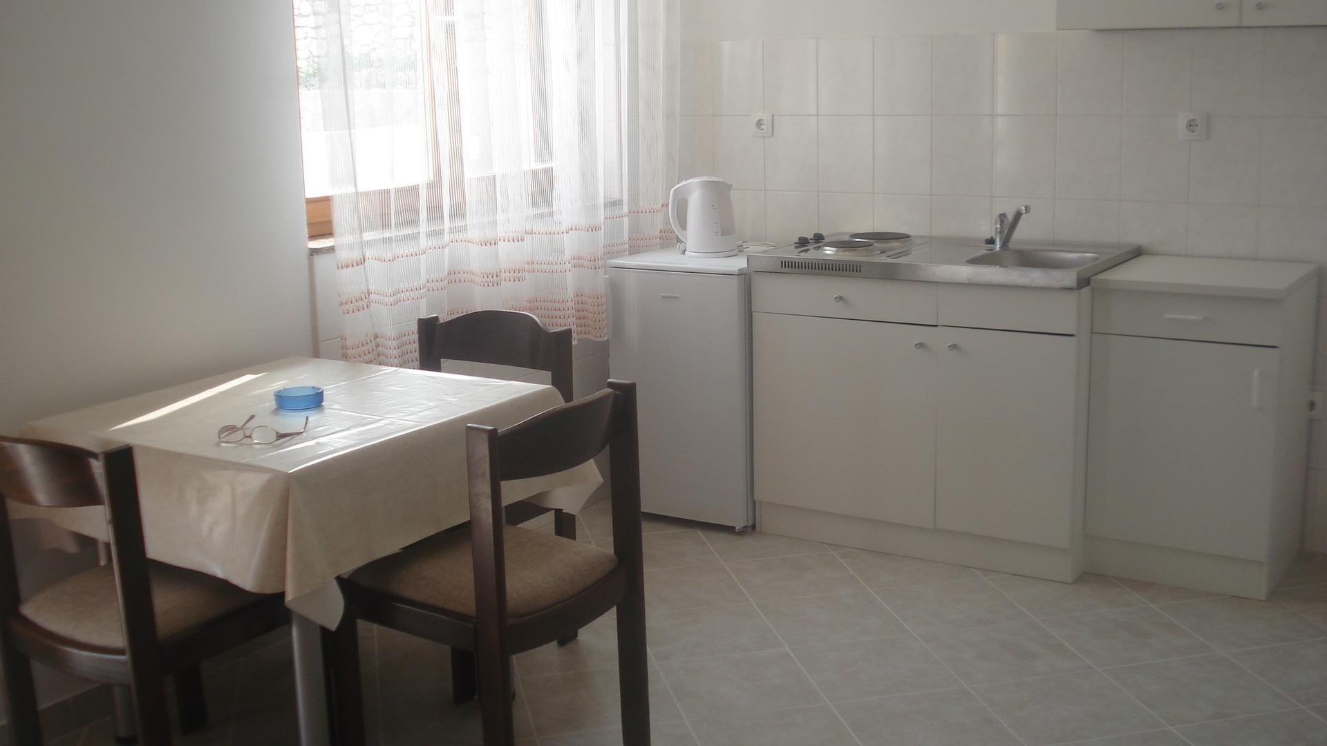 Biserka - Pag - Ferienwohnungen Kroatien - A2(2+2): Küche und Speisezimmer