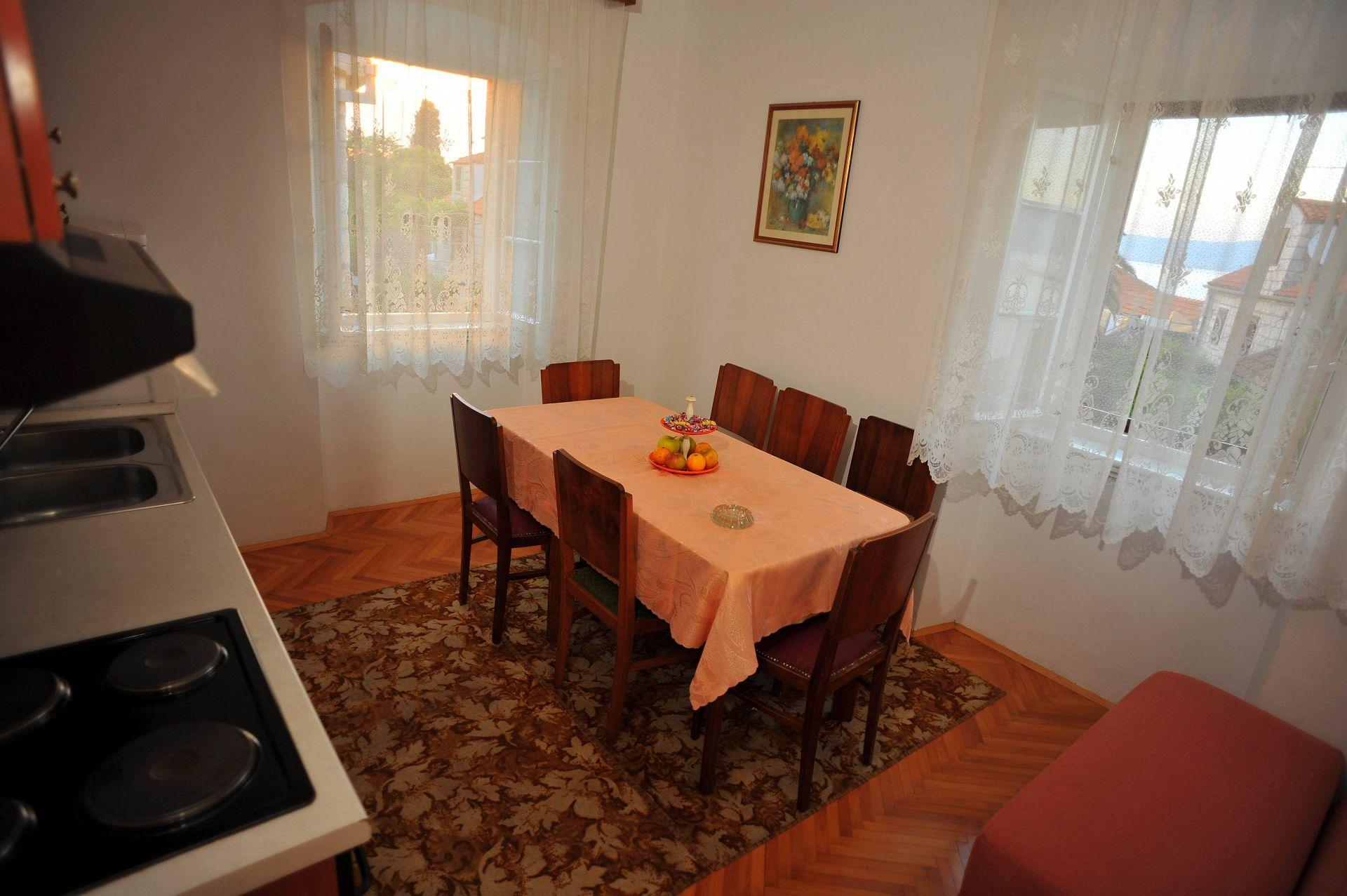 01501SUTI - Sutivan - Appartements Croatie - A3(6): cuisine salle à manger