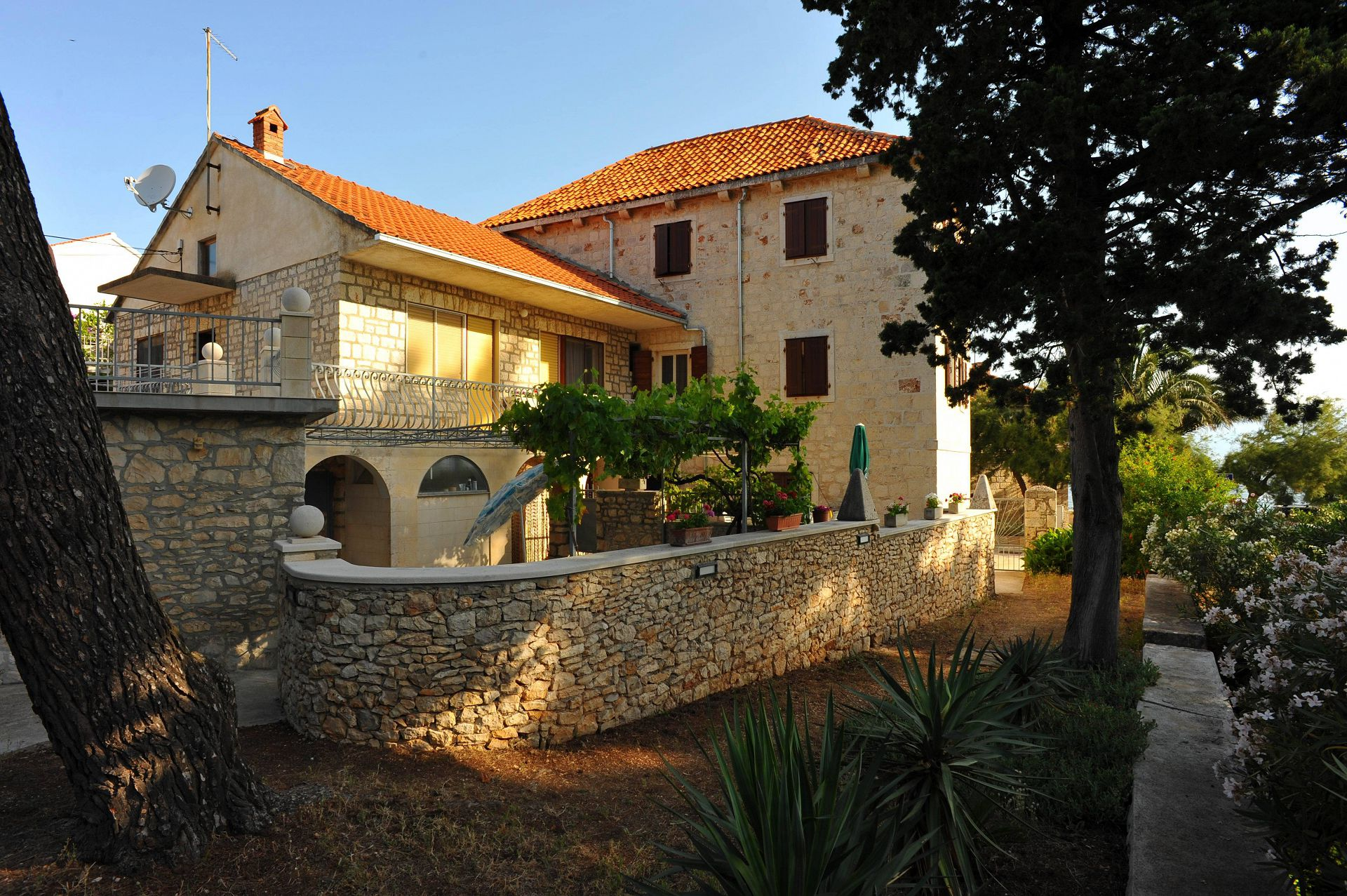 01501SUTI - Sutivan - Appartements Croatie - cour (maison et environs)