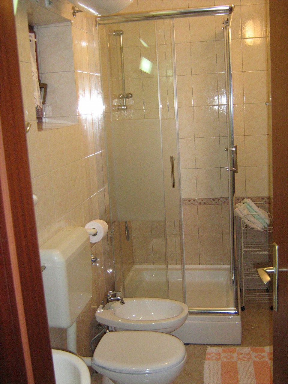 00209PISA  - Pisak - Ferienwohnungen Kroatien - A1 Zapad (2+2): Badezimmer mit Toilette