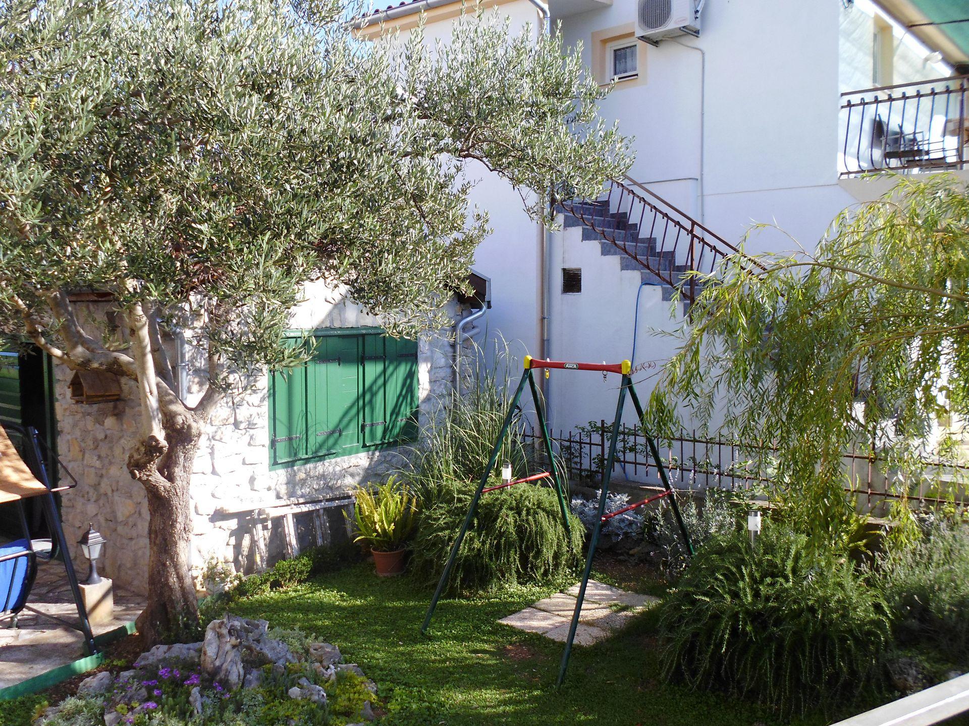 A00106PIRO - Pirovac - Ferienwohnungen Kroatien - Hof (Objekt und Umgebung)