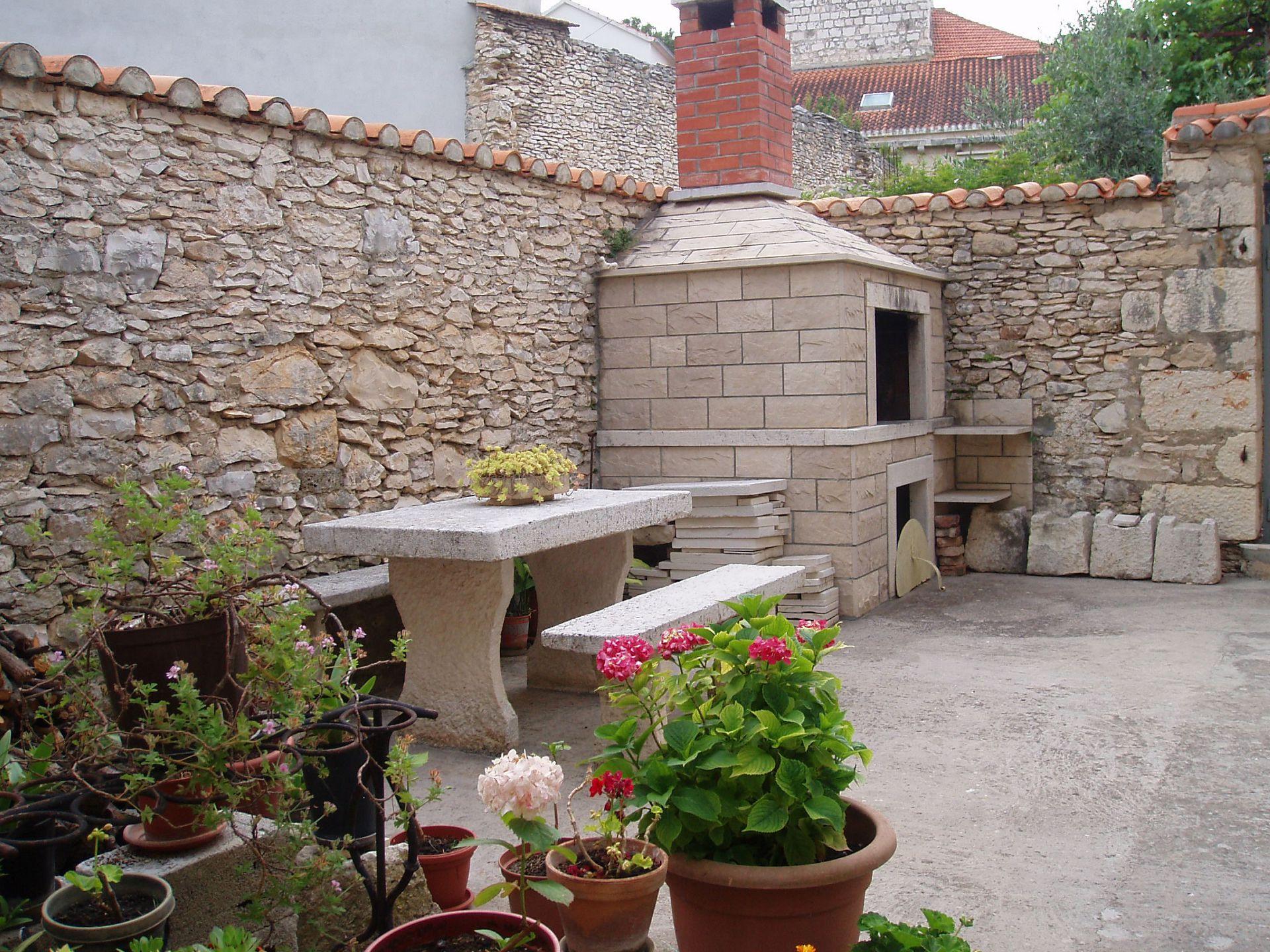 01501SUTI - Sutivan - Appartements Croatie - barbecue