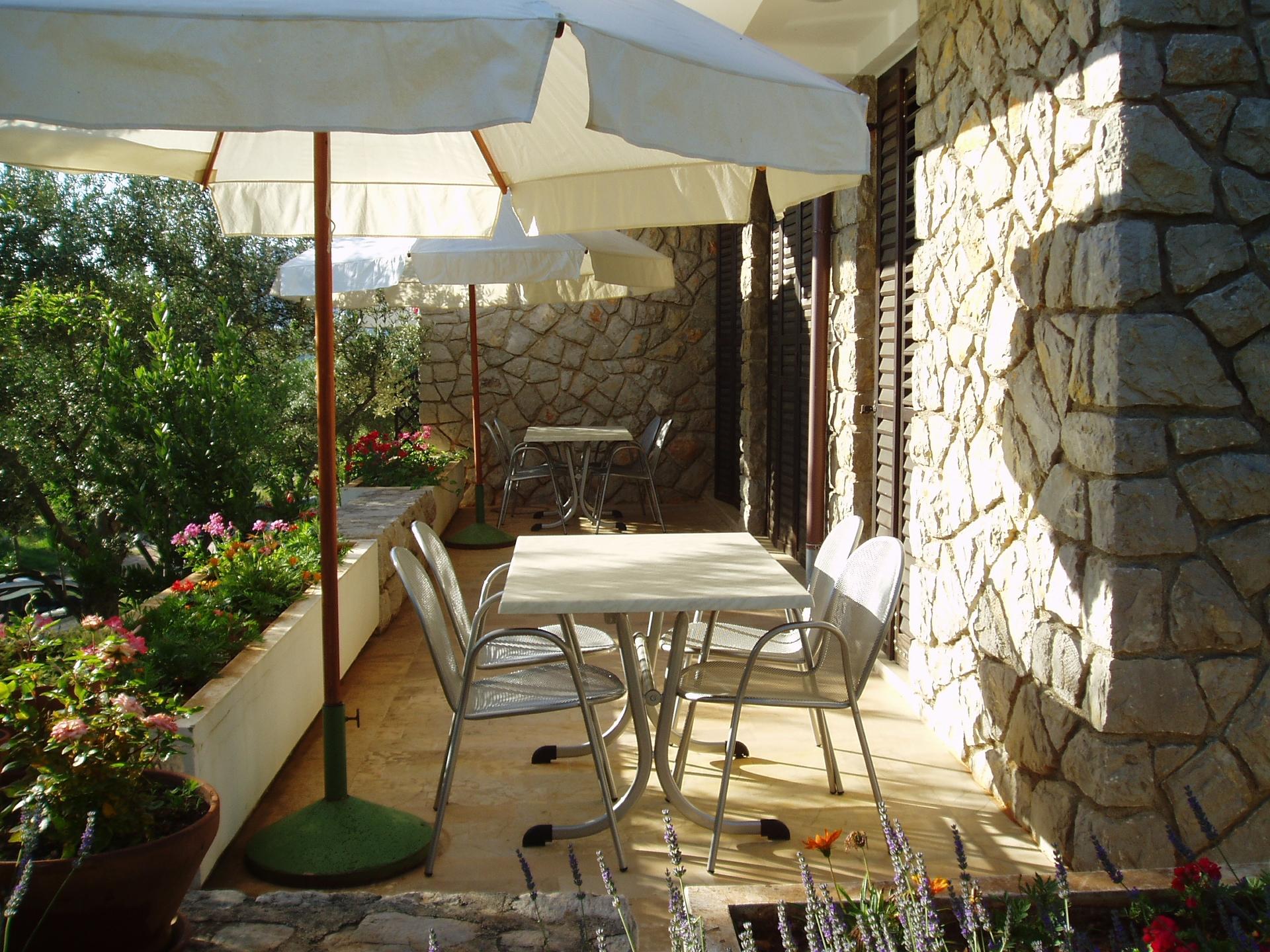 2337  - Cres - Apartmaji Hrvaška - A2(2+2): skupna terasa
