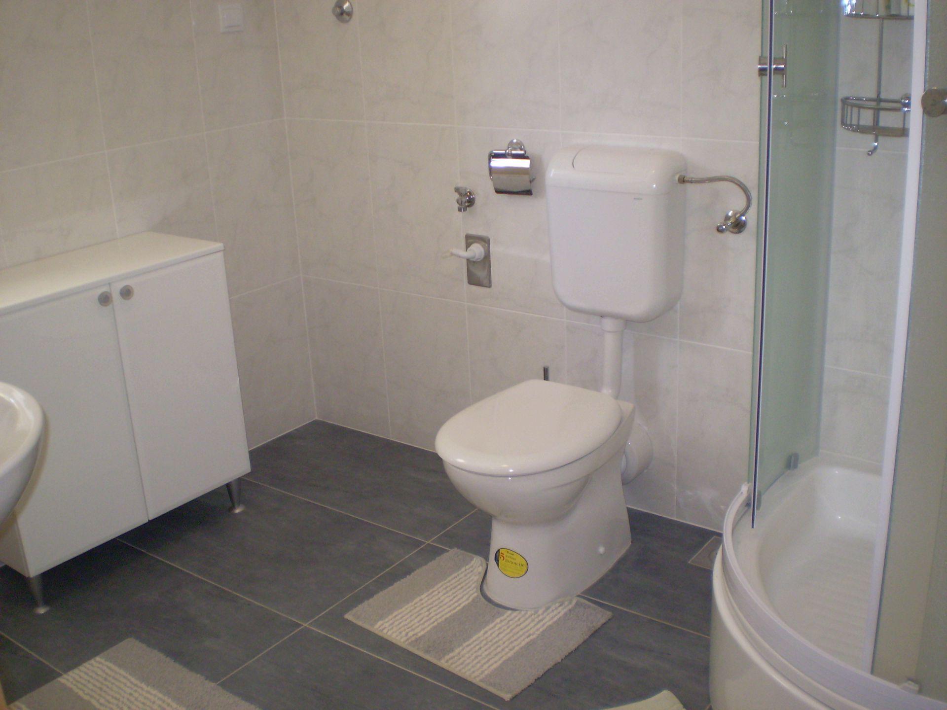 001HVAR - Hvar - Appartementen Kroatië - A1(4): badkamer met toilet