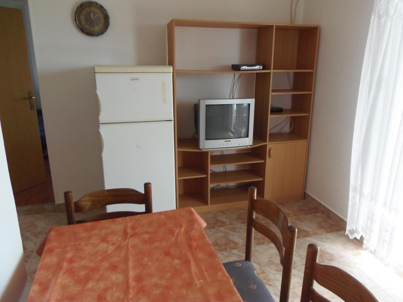 2235 - Povljana - Appartementen Kroatië - A1 mali (2+2): eetkamer