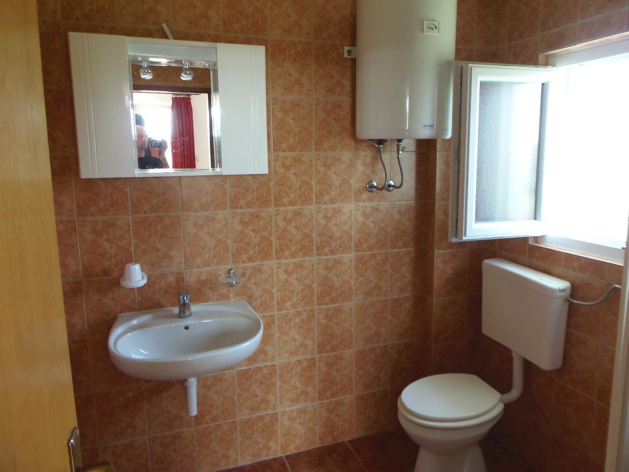2235 - Povljana - Appartementen Kroatië - A2 veliki (2+2): badkamer met toilet