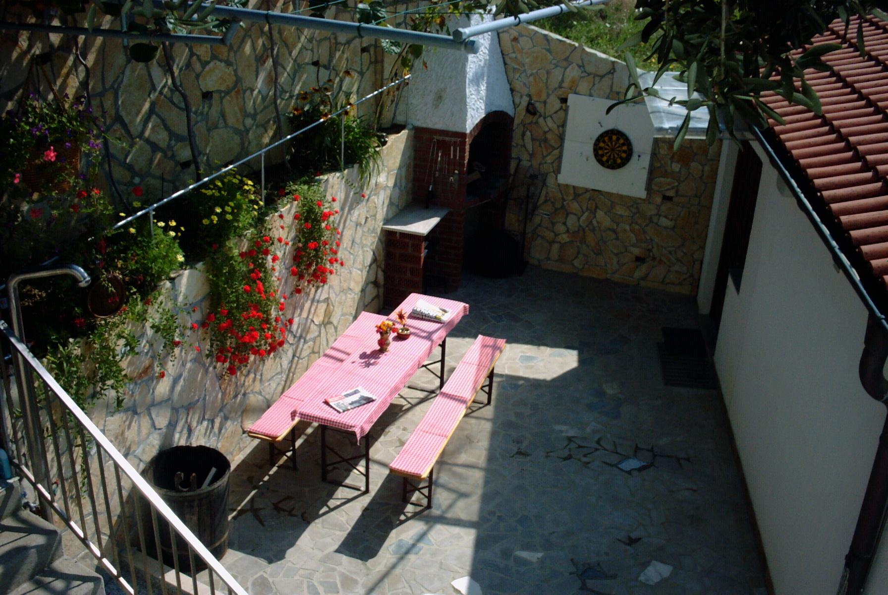 Ivan - Palit - Appartementen Kroatië - tuinterras (huis en omgeving)