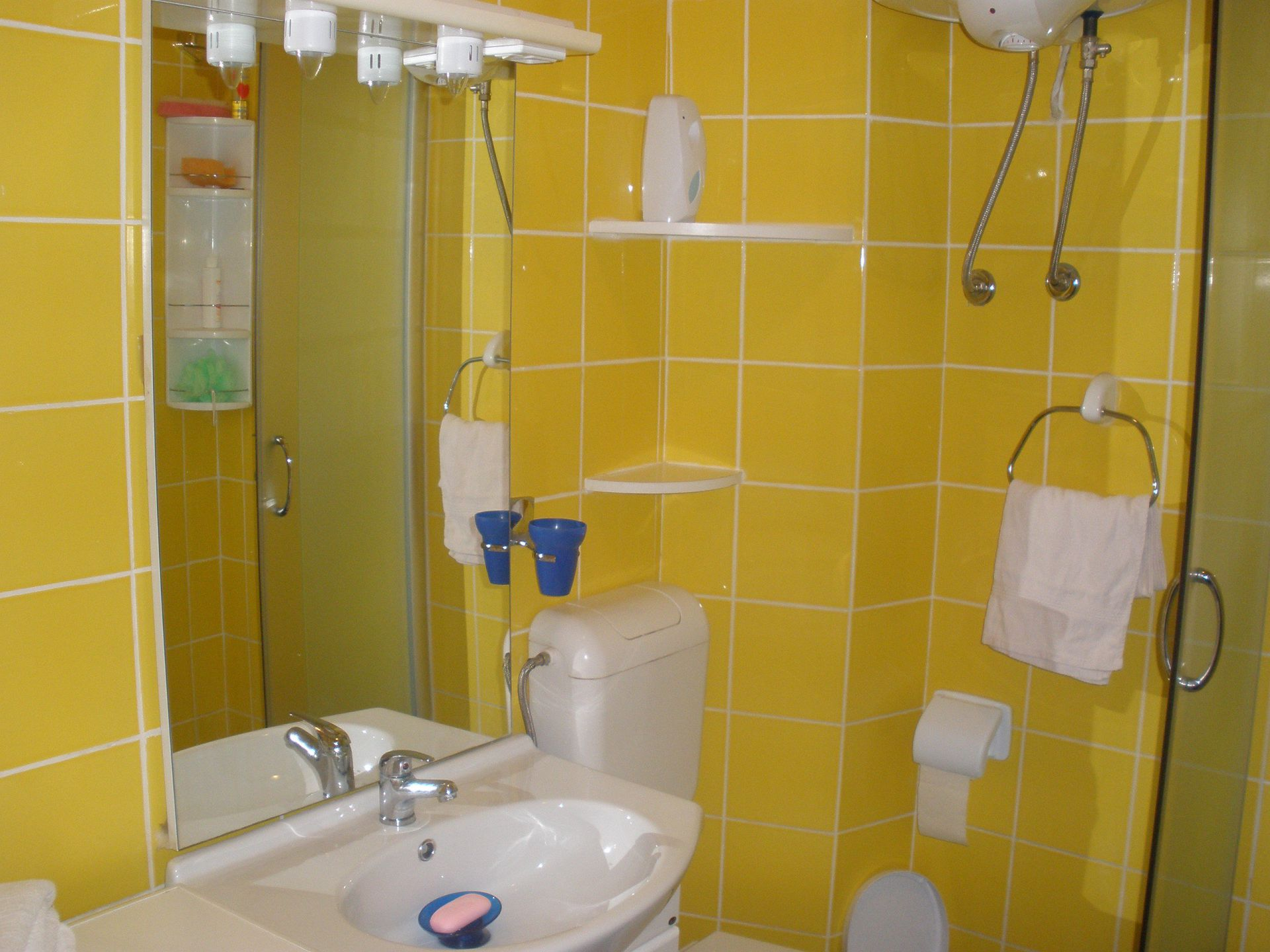 5257  - Pisak - Ferienwohnungen Kroatien - A2 PRIZEMLJE (3+2): Badezimmer mit Toilette
