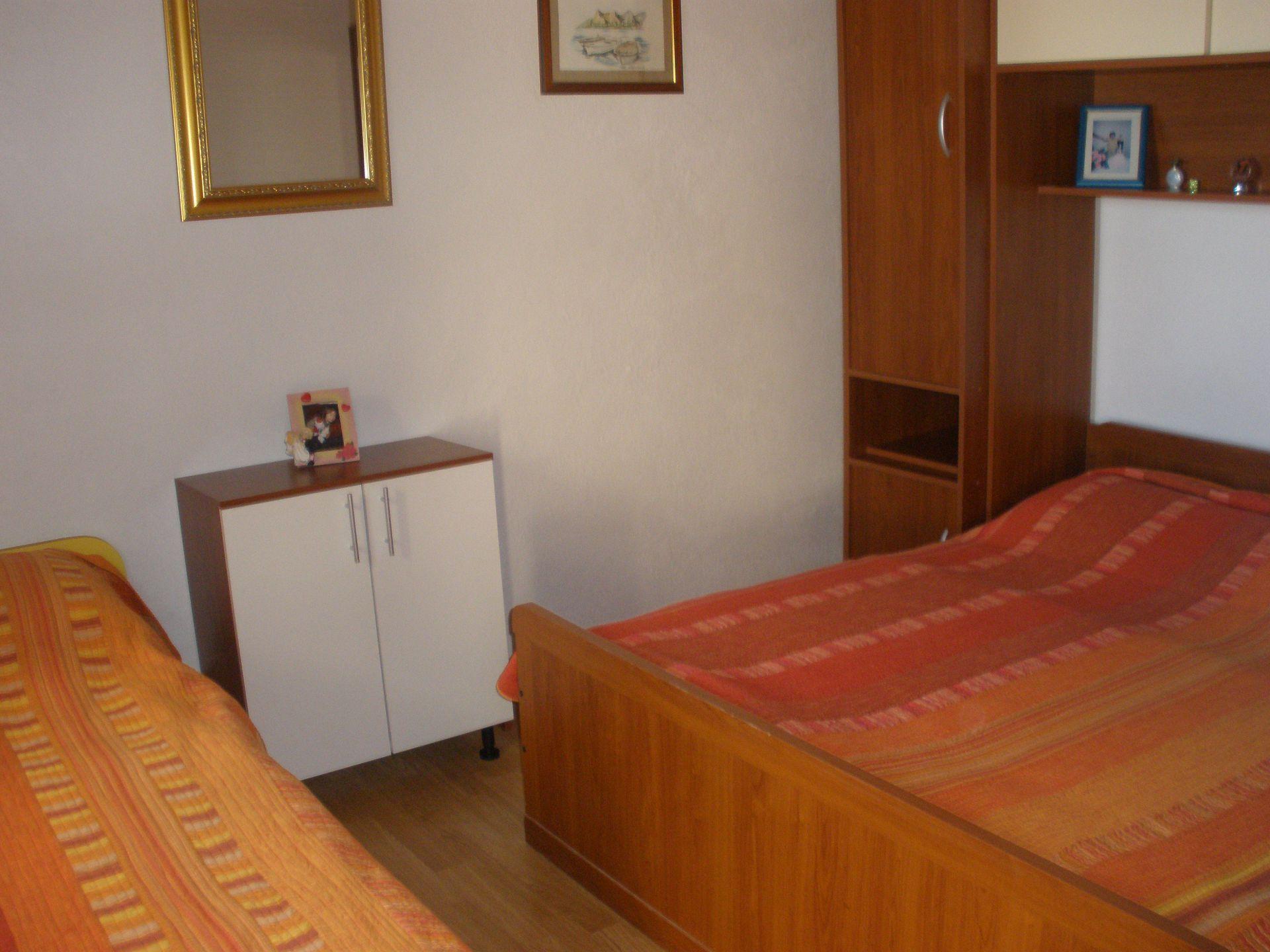 5257  - Pisak - Ferienwohnungen Kroatien - A2 PRIZEMLJE (3+2): Schlafzimmer