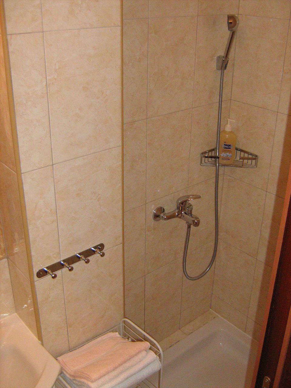 00209PISA  - Pisak - Ferienwohnungen Kroatien - A4 (2+2): Badezimmer mit Toilette
