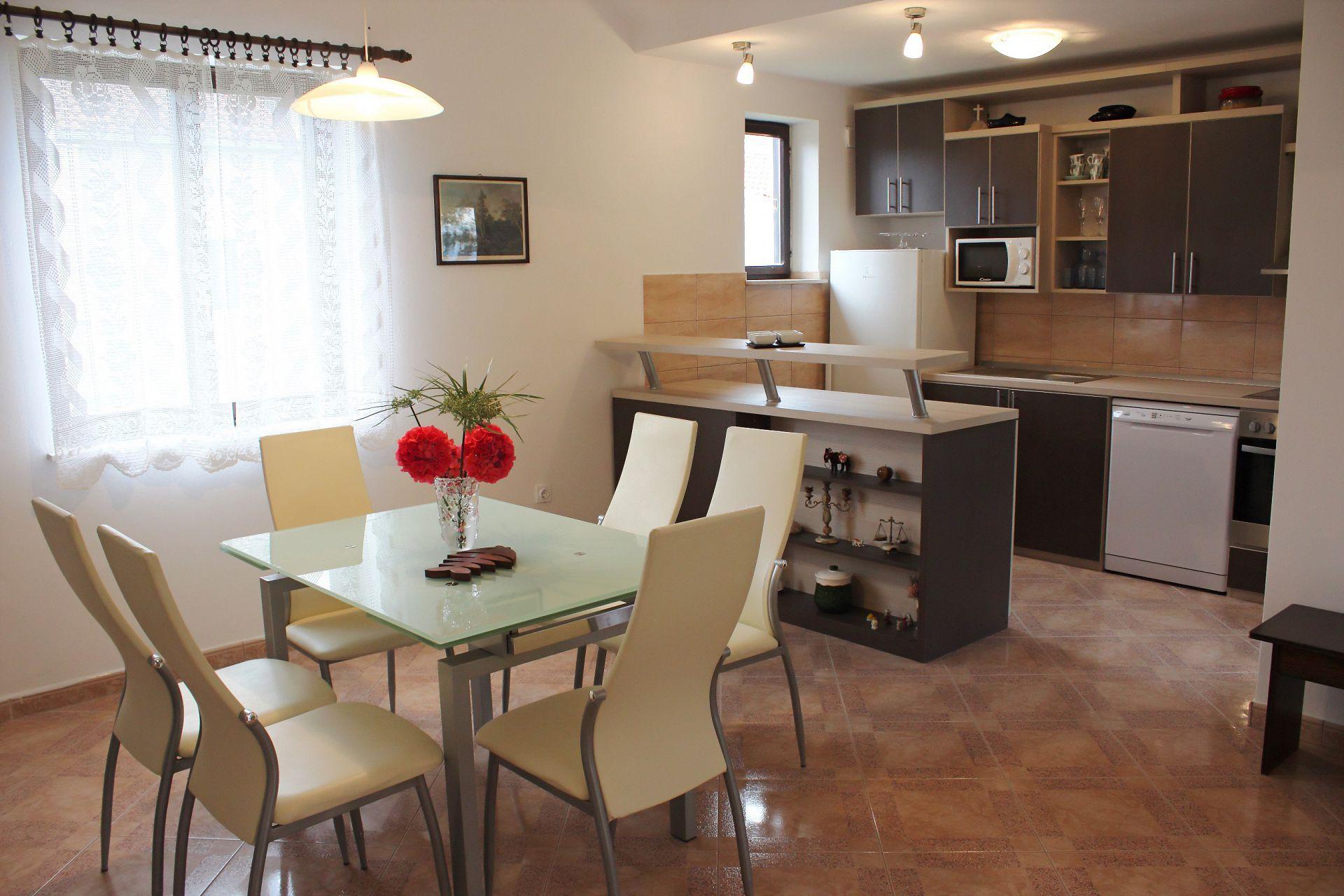 35506 - Mirca - Appartamenti Croazia - A(4+1): la cucina con la sala da pranzo