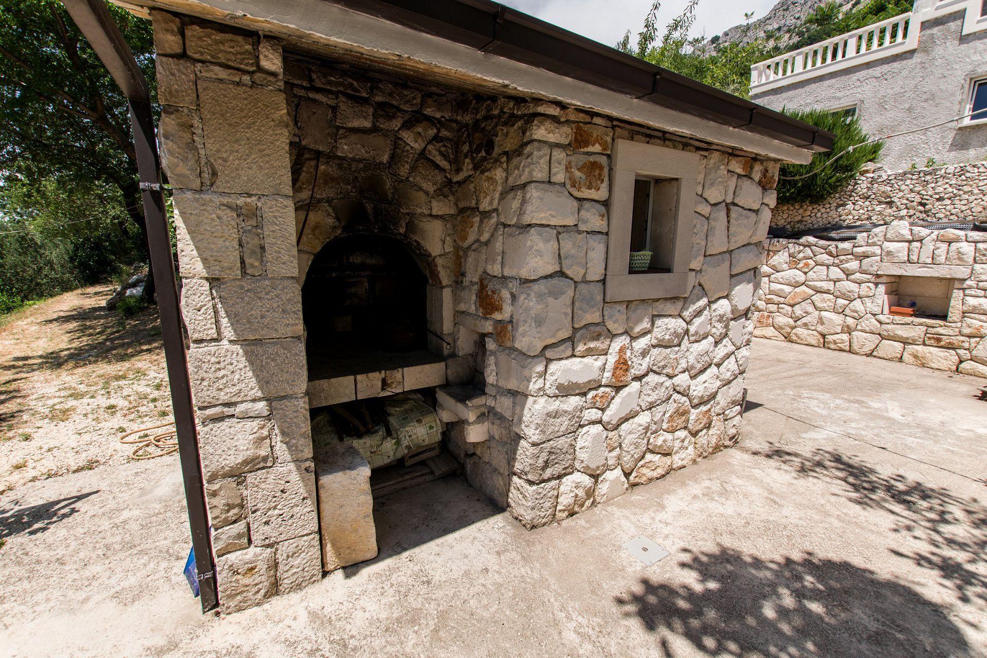 Zeli - Brela - Appartementen Kroatië - komin (huis en omgeving)