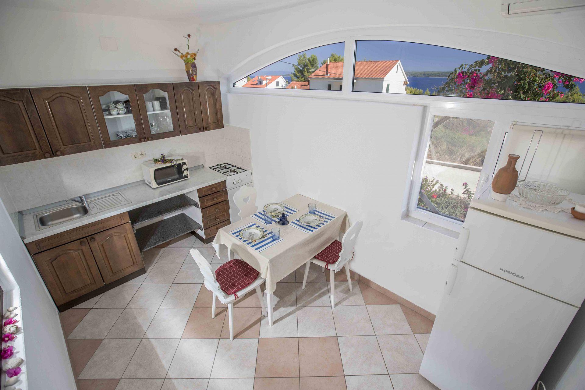 00603ZAVA - Zavala - Appartementen Kroatië - Meri(4): keuken en eetkamer