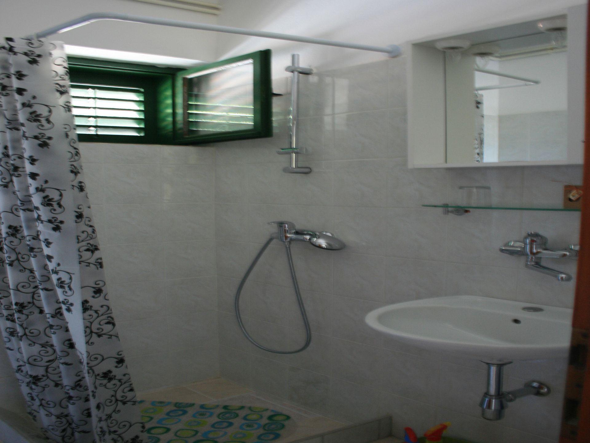 37656 - Jezera - Apartments Croatia - A-Laura(2+2): bathroom with toilet