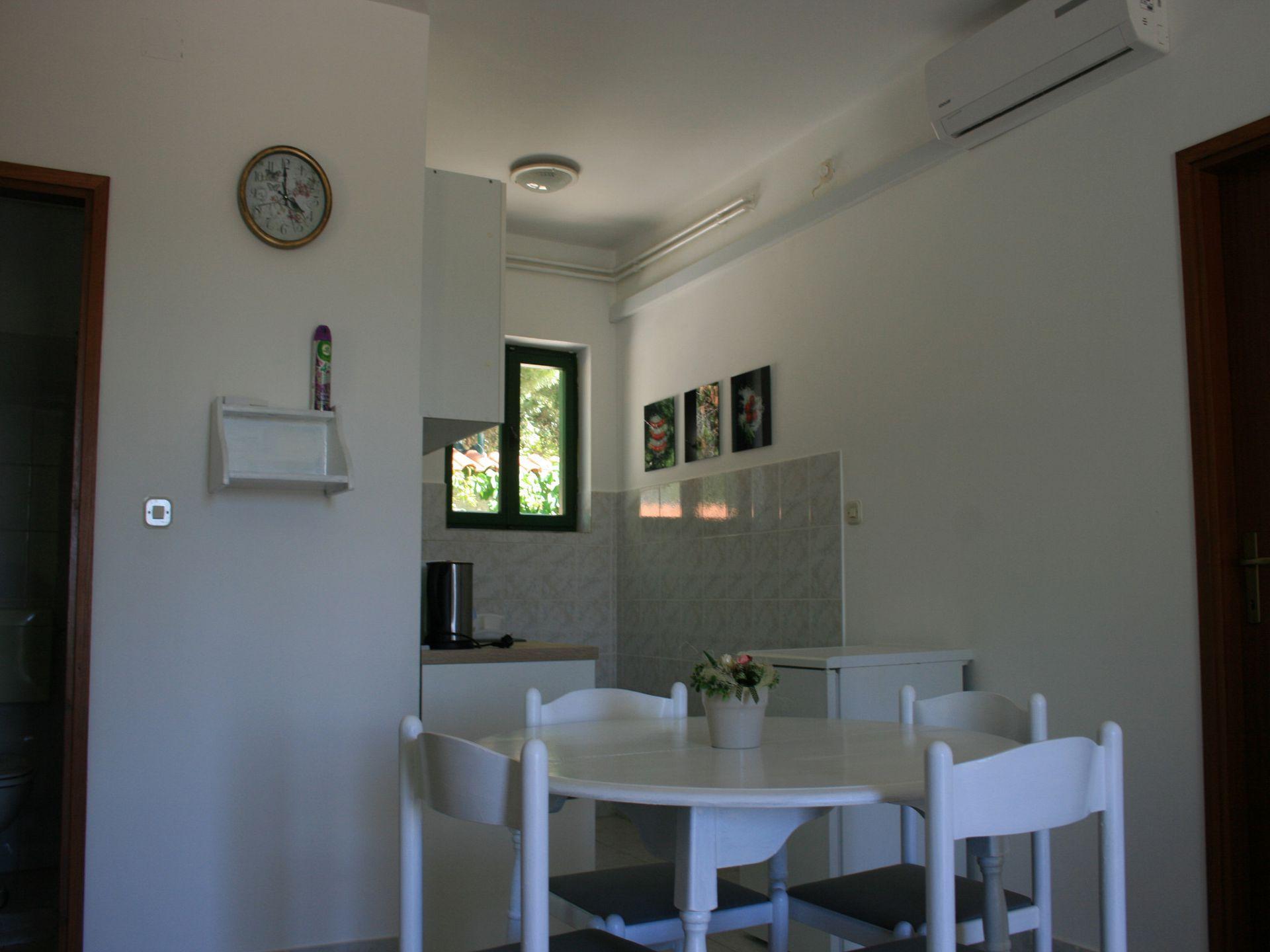 37656 - Jezera - Apartments Croatia - A-Laura(2+2): kitchen and dining room