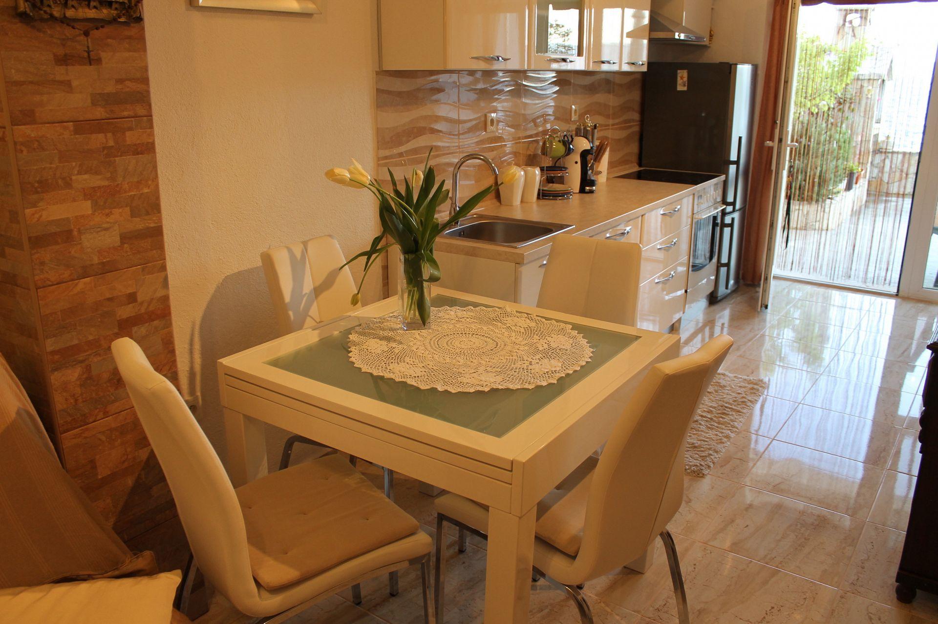 5257  - Pisak - Ferienwohnungen Kroatien - A2 PRIZEMLJE (3+2): Küche und Speisezimmer