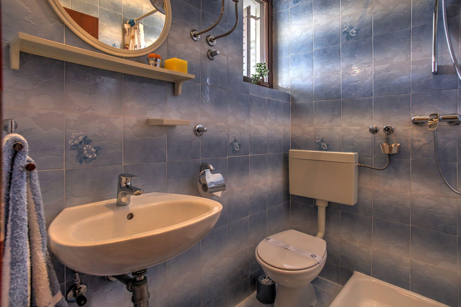 5409 - Jezera - Apartments Croatia - SA3(2): bathroom with toilet