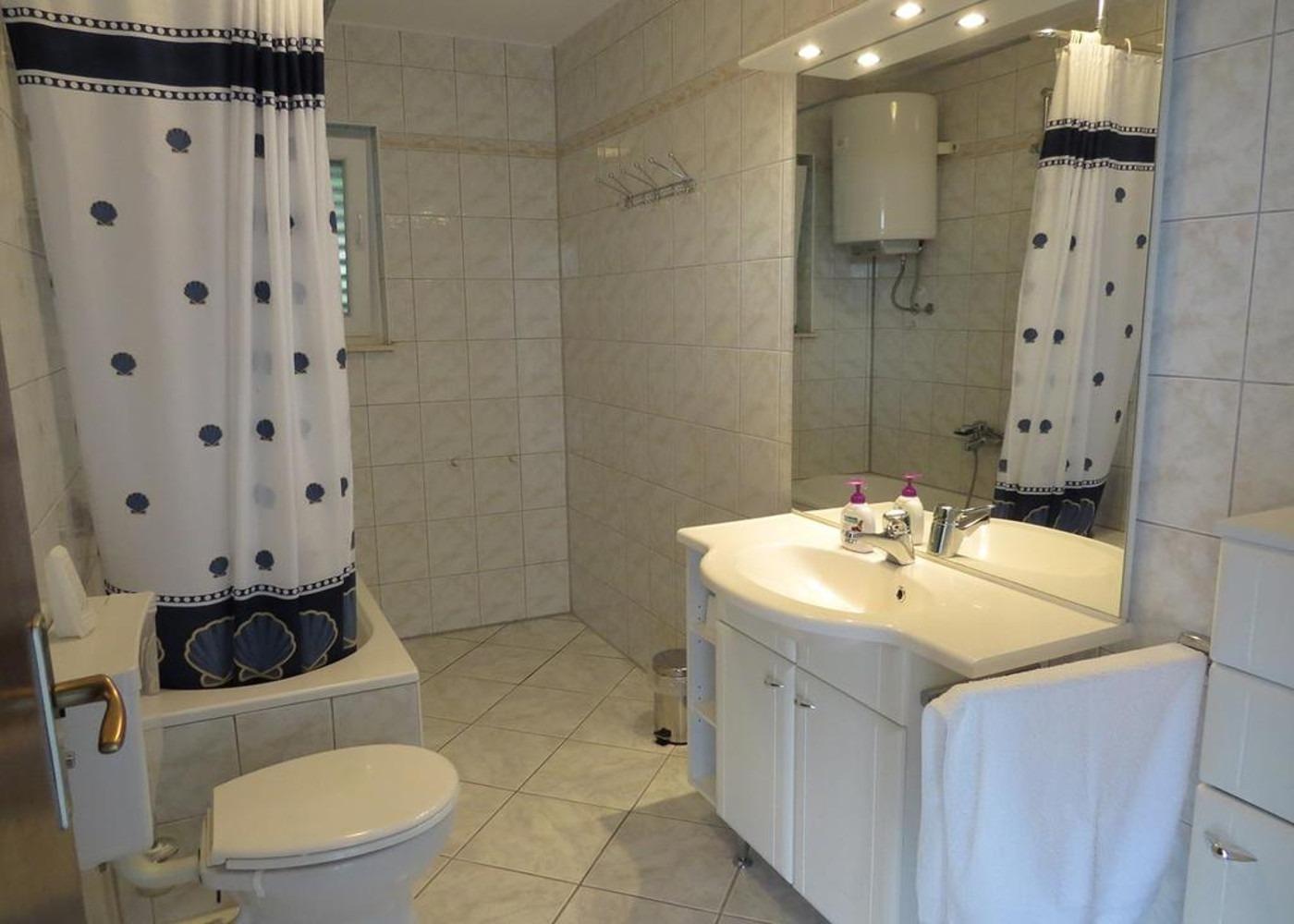 Bubi - Mastrinka - Appartementen Kroatië - A2 Prvi kat(4+2): badkamer met toilet