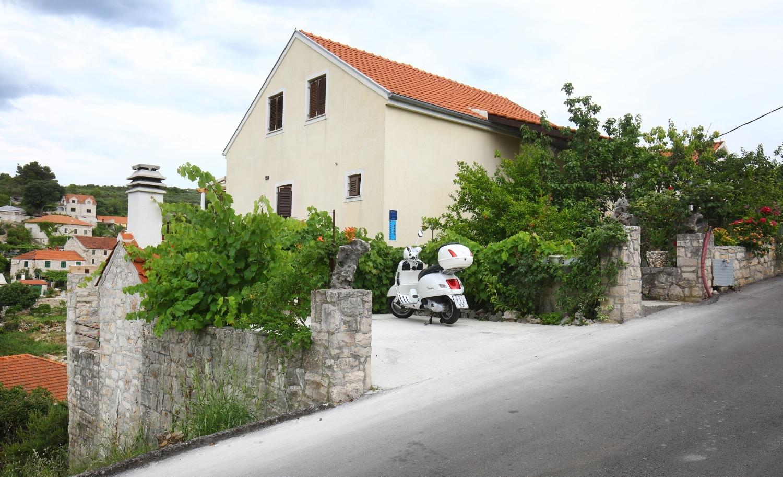 Neda - Splitska - Appartementen Kroatië - parkeerplaats