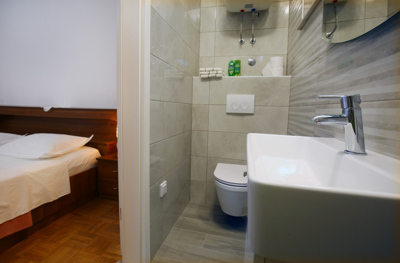 Neda - Splitska - Appartementen Kroatië - A1(6): badkamer met toilet
