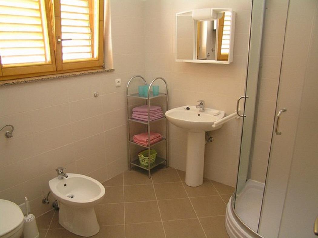Biserka - Pag - Ferienwohnungen Kroatien - A1(4): Badezimmer mit Toilette