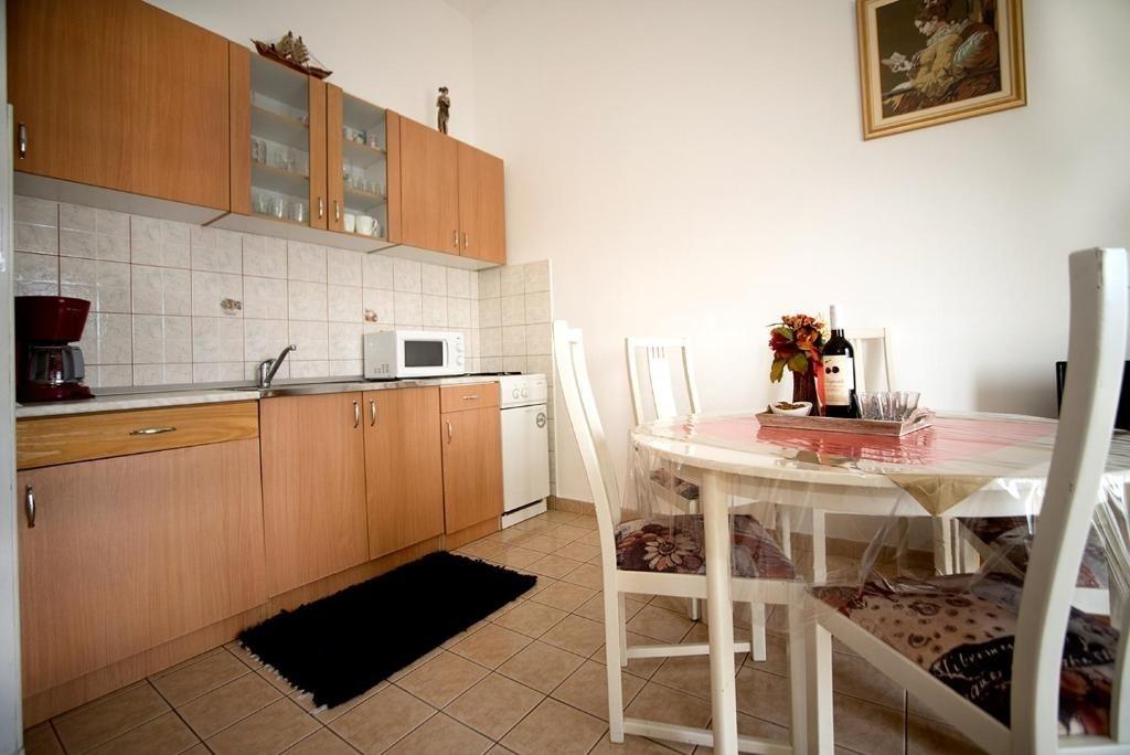 Nina - Celina Zavode - Appartementen Kroatië - A5(6+2): keuken en eetkamer