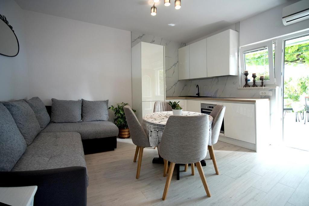 Nina - Celina Zavode - Appartementen Kroatië - A1Donji(2+2): woonkamer