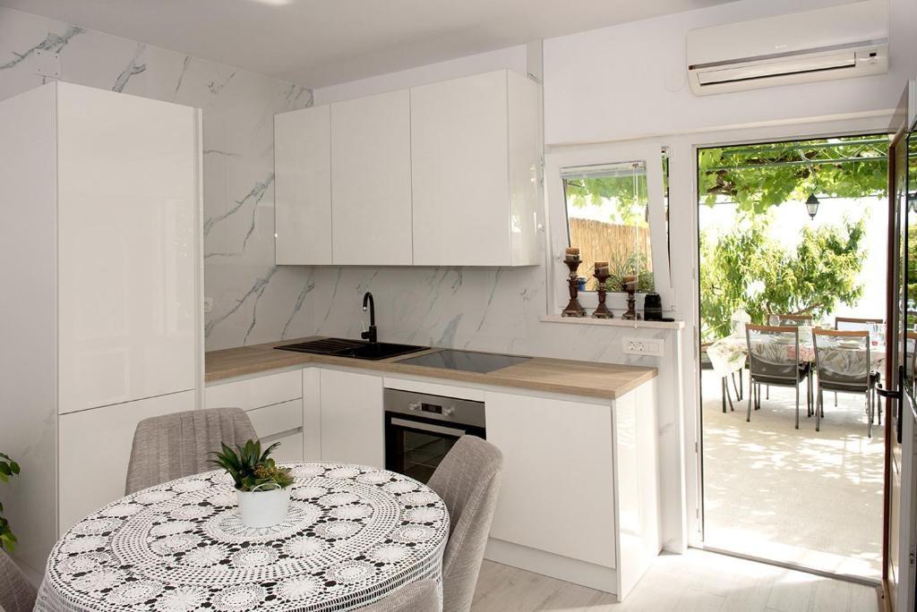 Nina - Celina Zavode - Appartementen Kroatië - A1Donji(2+2): keuken en eetkamer
