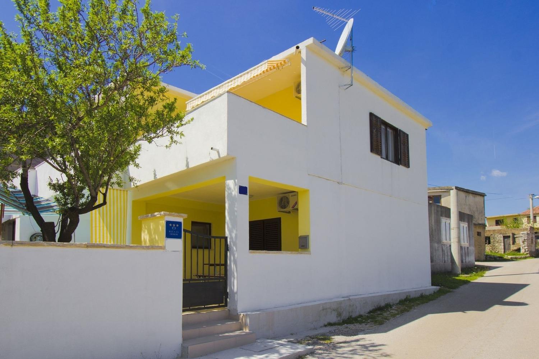 Villy/Dovolenkové domy, ,  - Dovolenkové domy, vily  Yellow - parking and grill: