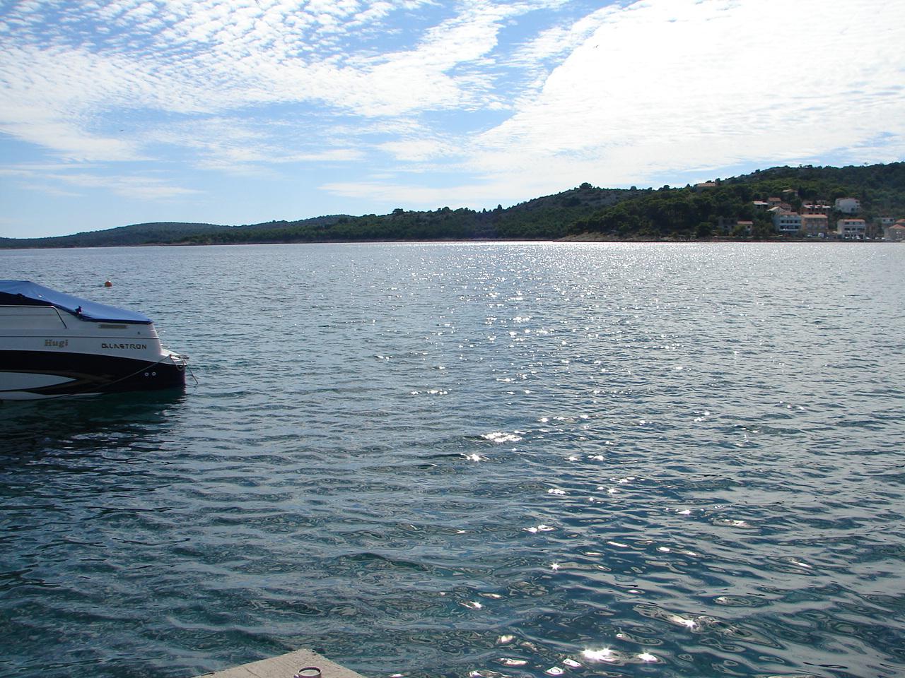 01010TISN - Tisno - Apartmaji Hrvaška - pogled na morje (hiša in okolica)